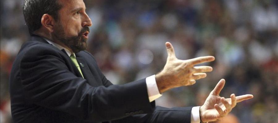 El entrenador del Unicaja Málaga Joan Plaza da instrucciones a sus jugadores