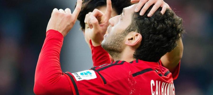 Hakan Calhanoglu celebra un gol con el Bayer Leverkusen