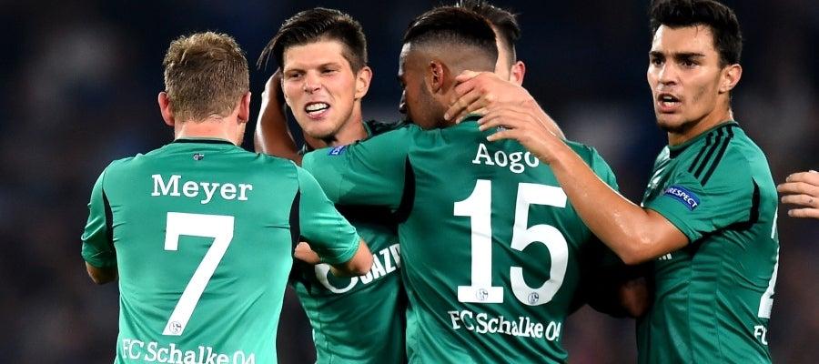 Los jugadores del Schalke celebran un gol de Huntelaar