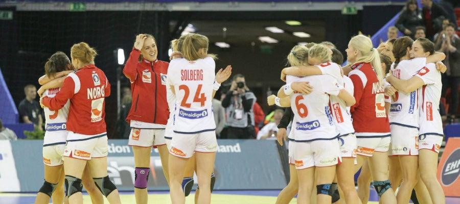Las chicas de Noruega celebran la victoria