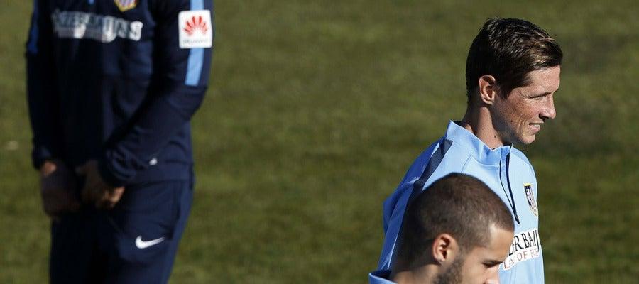 Simeone observa a Torres durante el entrenamiento