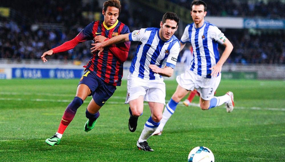 Neymar pelea por un balón en Anoeta