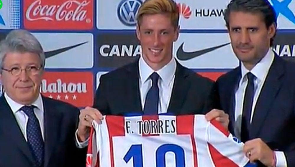 Fernando Torres posa con la camiseta del Atlético