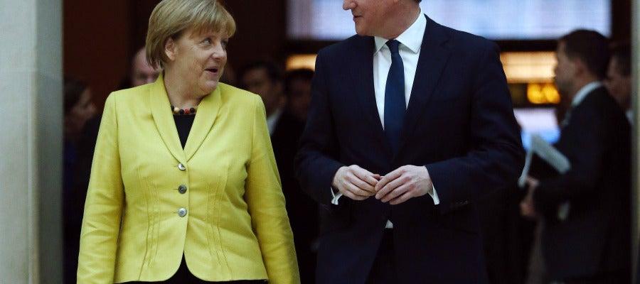 Angela Merkel conversa con David Cameron durante su visita a Londres