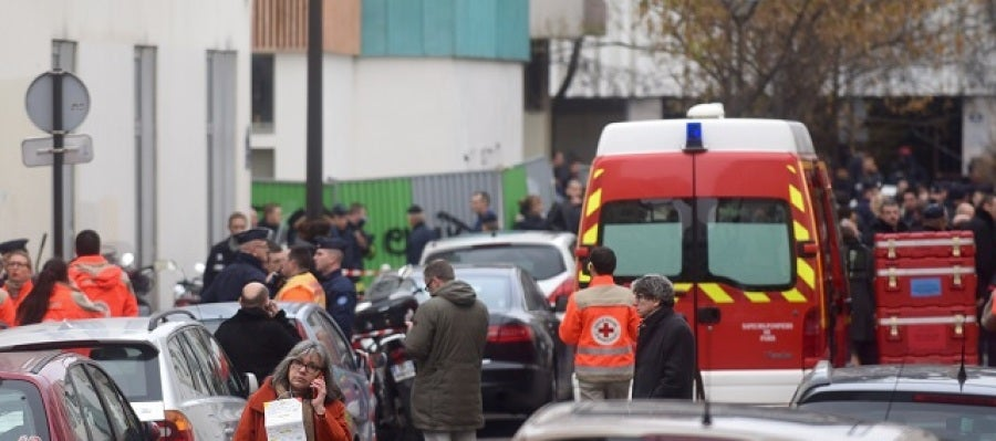 Policía y ambulancias frente al Charlie Hebdo