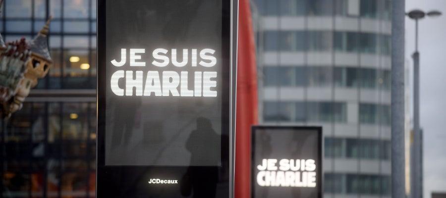 Francia se tiñe de carteles de 'Je suis Charlie'