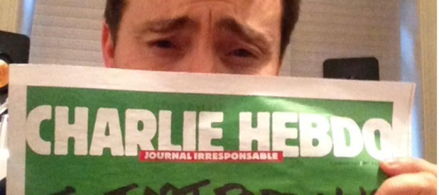 Jacobo de Regoyos con la portada de Charlie Hebdo