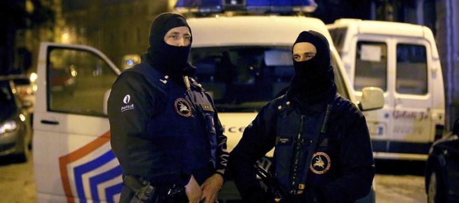 Dos agentes en la operación belga.