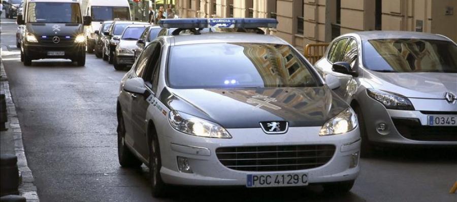 Coches de la Guardia Civil en una calle