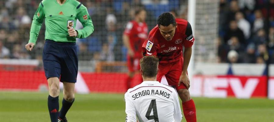 Sergio Ramos, tendido sobre el césped del Santiago Bernabéu
