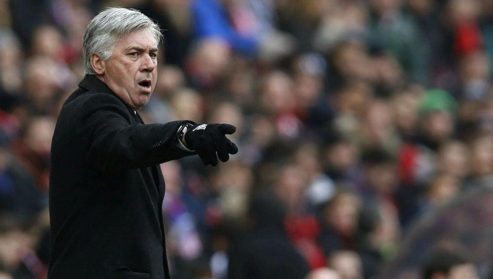 Carlo Ancelotti da órdenes tácticas a sus jugadores
