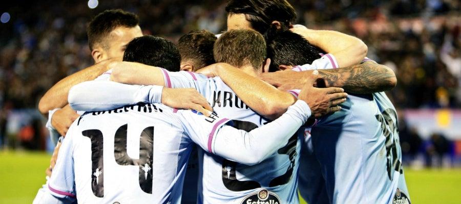 Los jugadores del Celta forman una piña para celebrar un gol