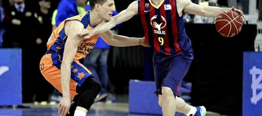 Marcelinho Huertas intenta superar la defensa del base serbio del Valencia, Nemanja Nedovic