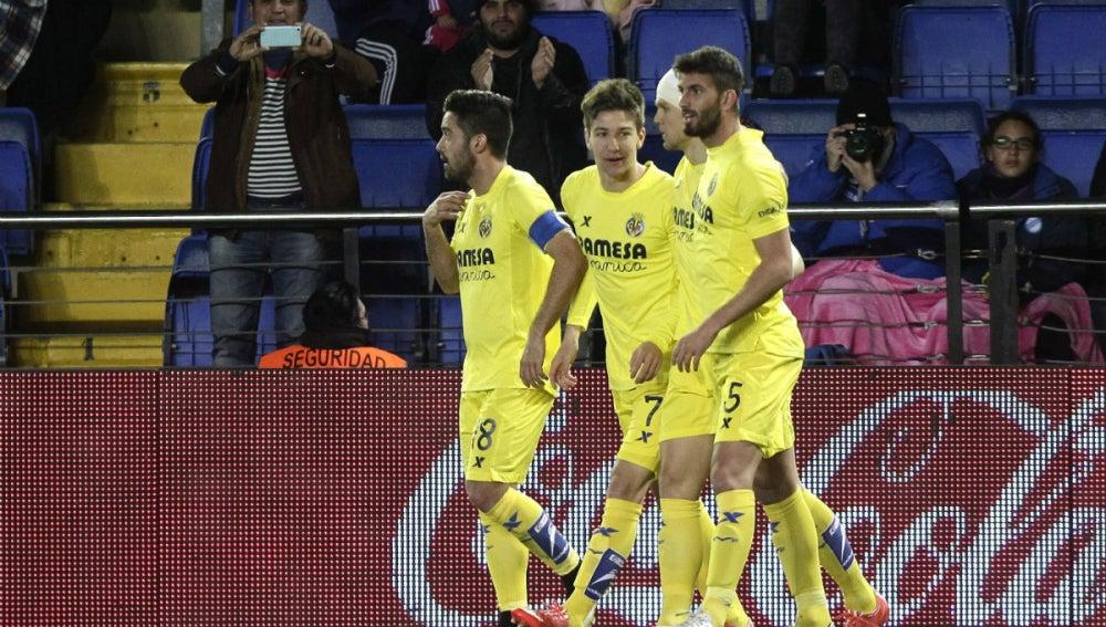 Vietto festeja un gol con sus compañeros