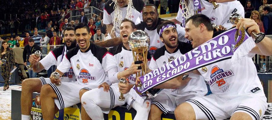 Los jugadores del real Madrid celebran la victoria en la Copa del Rey