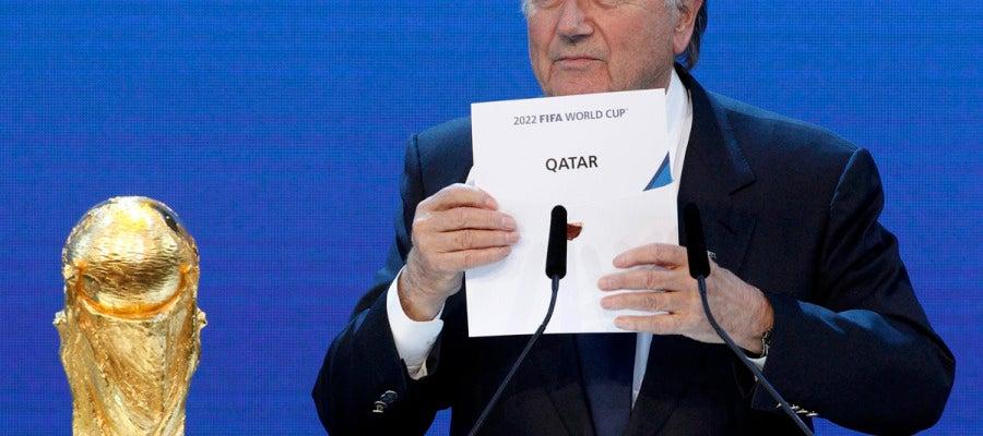 Joseph Blatter, presidente de la FIFA, otorgando a Catar el Mundial de fútbol en 2022