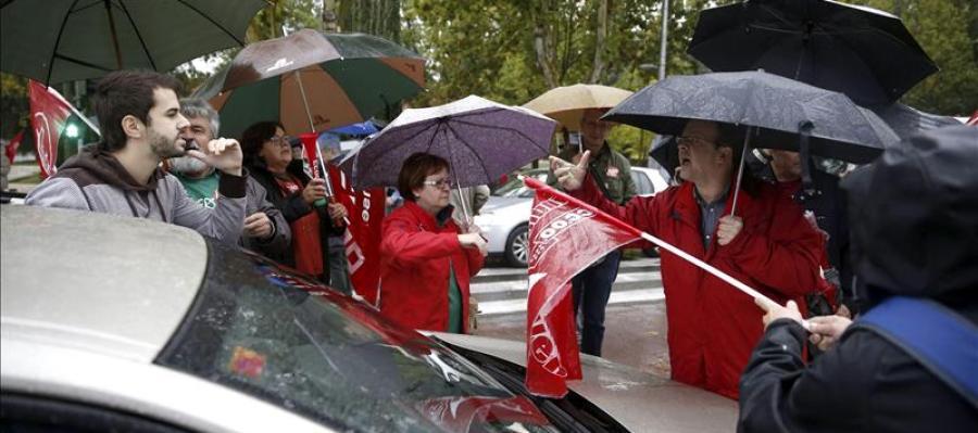 Grupo de estudiantes frente a la facultad de Medicina de la Universidad Complutense de Madrid