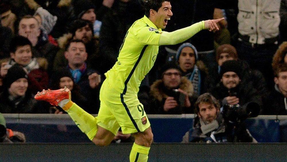 Luis Suárez celebra uno de sus dos goles al City