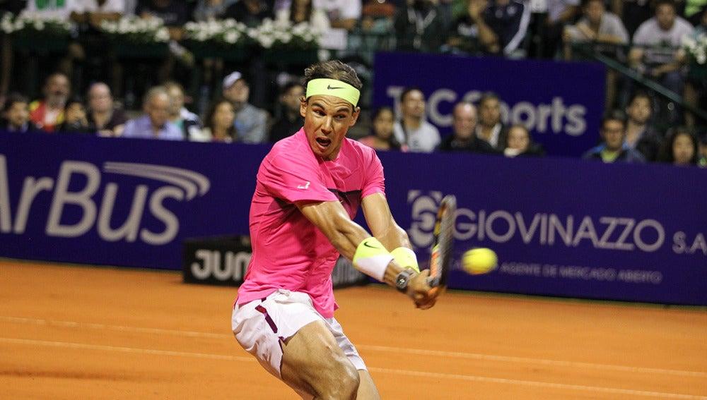 Rafa Nadal ejecuta un revés durante el ATP de Buenos Aires