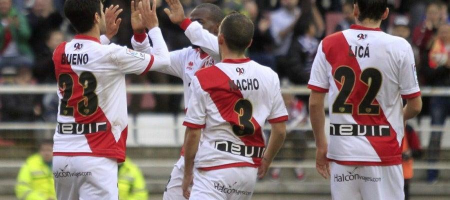 Alberto Bueno celebra un gol con sus compañeros