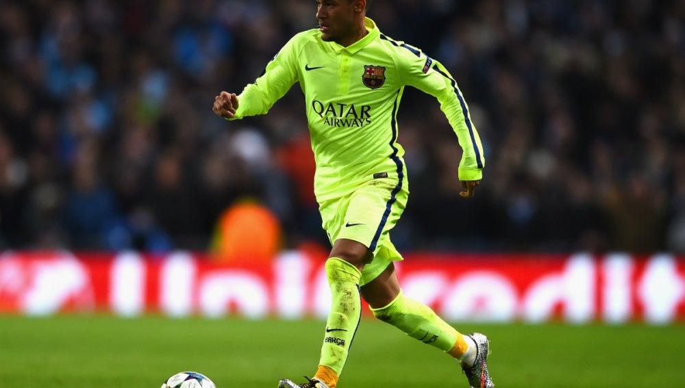 Neymar conduce un balón