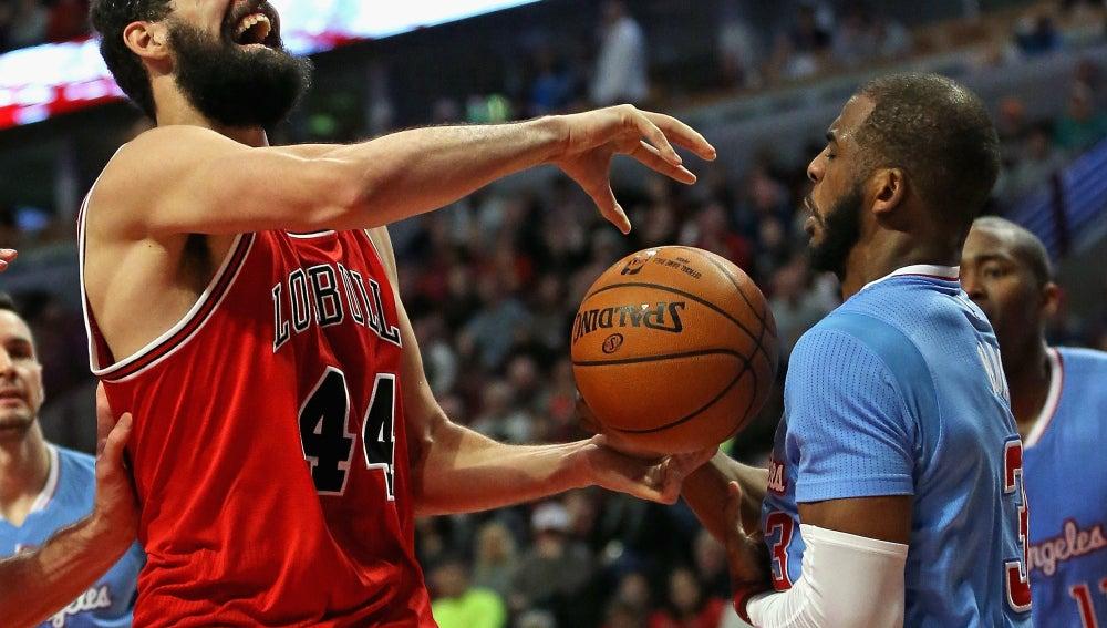 Nikola Mirotic disputando un balón ante Clippers