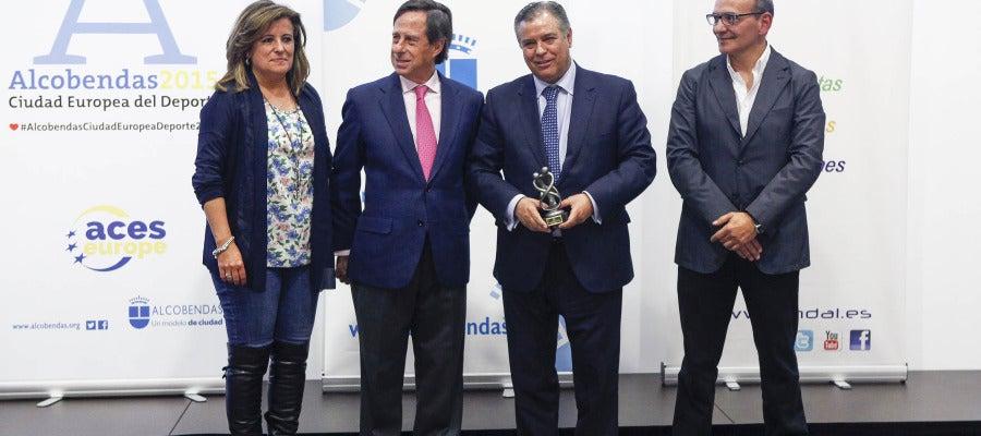 El Dr. Bartolomé Beltrán recoge el premio para 'El Estirón'