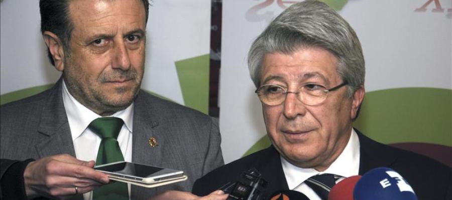 Enrique Cerezo habla ante los medios