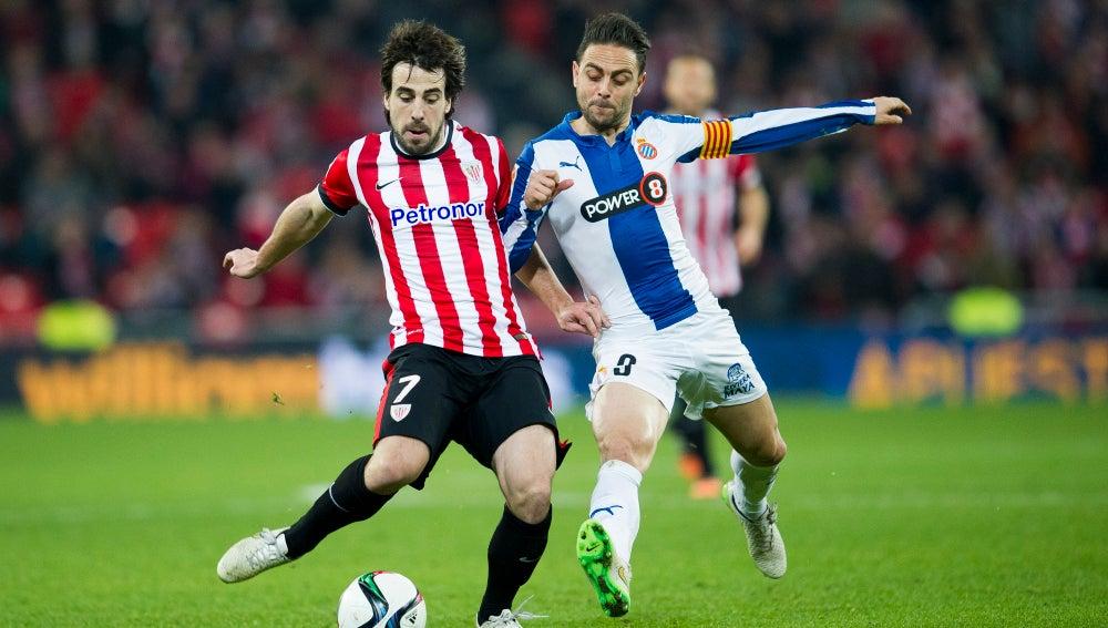 Beñat y Sergio García disputando un balón en el partido de ida de Copa