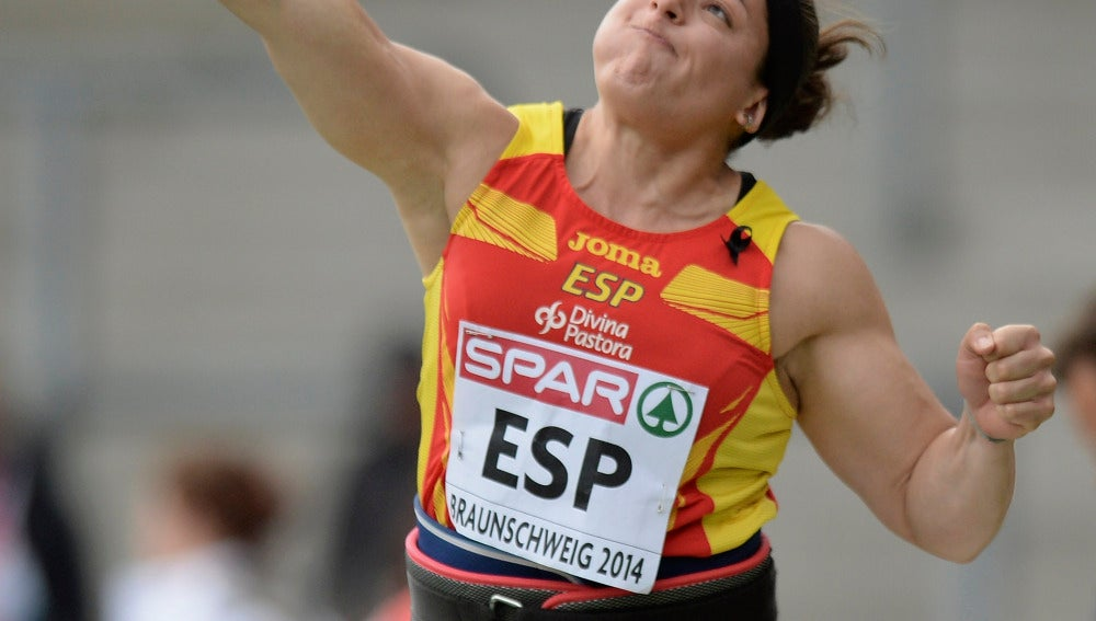 Úrsula Ruiz lanzando el peso en los europeos en pista cubierta de Praga