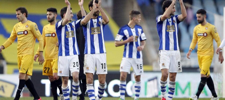 Los jugadores de la Real Sociedad aplauden a su público