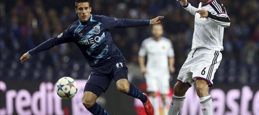 Cristian Tello, del FC Porto, disputa el balón con Walter Samuel
