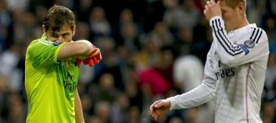 Iker Casillas y Toni Kroos se lamentan tras un gol del Schalke