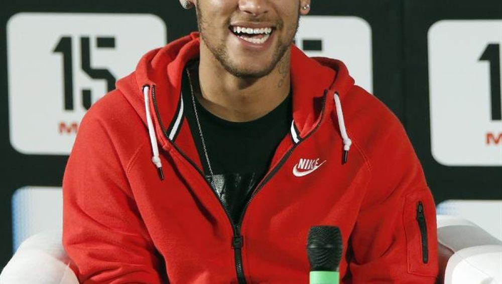 Neymar durante la presentación de un acto
