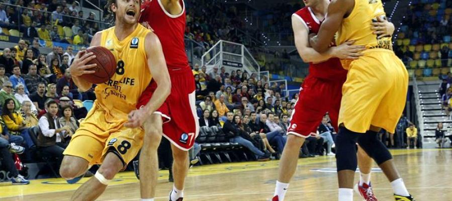 El jugador del Herbalife Gran Canaria Brad Newley y el jugador del Cedevita Zagreb Ivan Ramljak