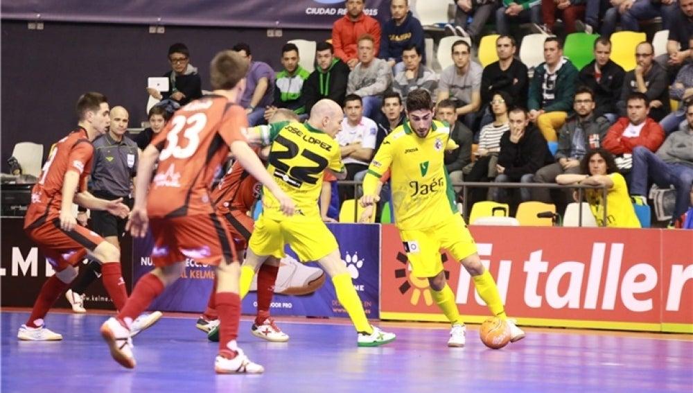 Emilio Buendía, jugador del Jaén FS conduciendo un balón