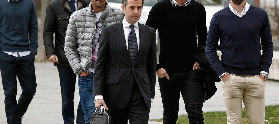 Jordi Figueras, Antonio Amaya e Ivan Amaya, a su llegada al Palacio de Justicia de Pamplona