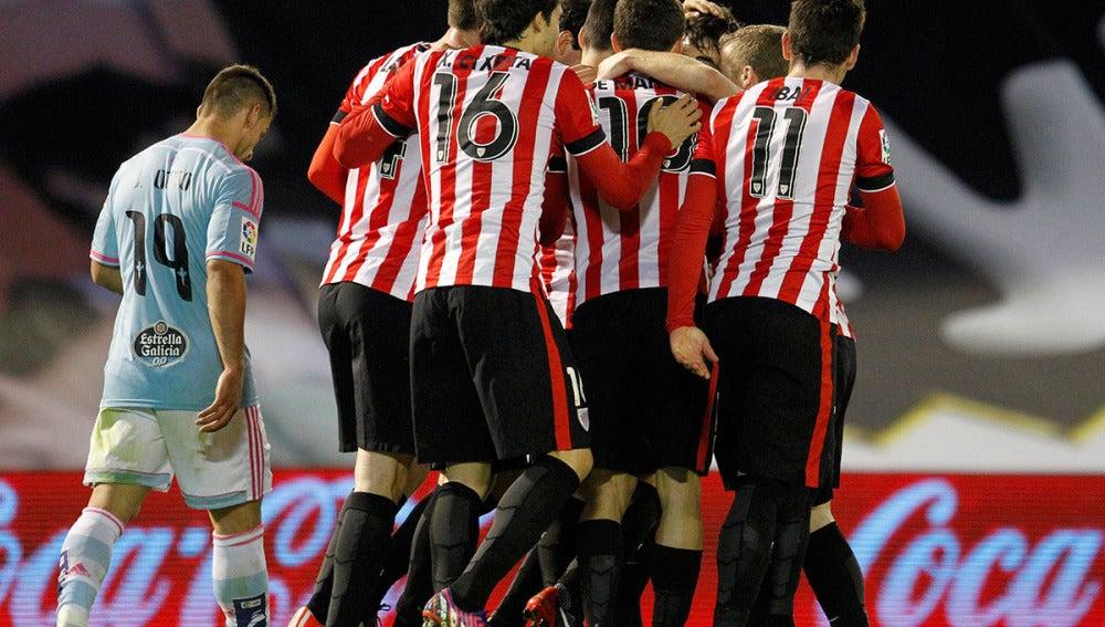 Los jugadores del Athletic celebran un gol en Balaídos