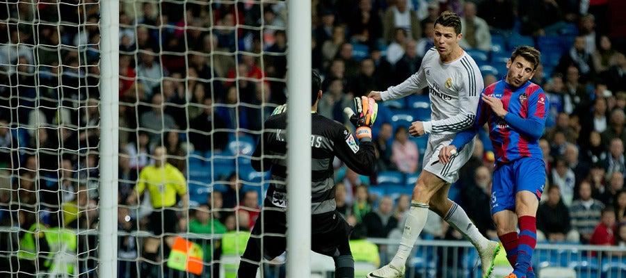 Cristiano realiza un remate ante el Levante en el duelo de la temporada pasada
