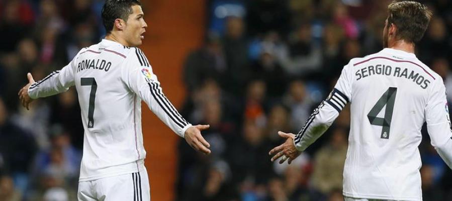 Cristiano Ronaldo y Sergio Ramos conversando durante el partido frente al Levante