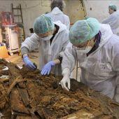 Fotografía facilitada por la Comunidad de Madrid de los técnicos que han buscado los restos de Miguel de Cervantes