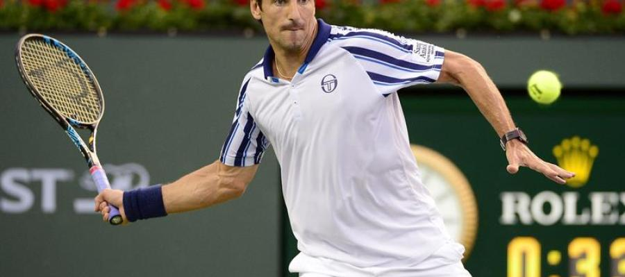 Tommy Robredo golpeando una bola en el torneo de Indian Wells
