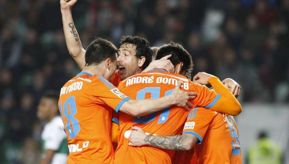 Paco Alcácer recibe el abrazo de sus compañeros