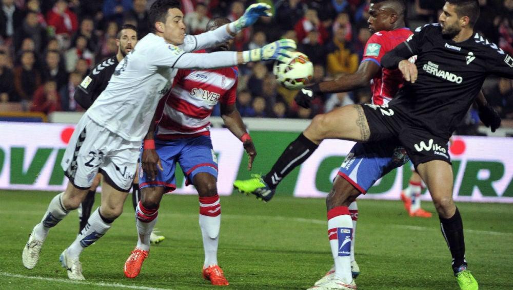 Lucha entre jugadores del Granada y el Eibar