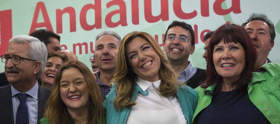 Susana Díaz celebra con su equipo los resultados