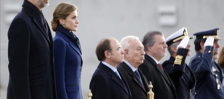 Los Reyes, acompañados, entre otros, por el ministro de Asuntos Exteriores, José Manuel García-Magallo.