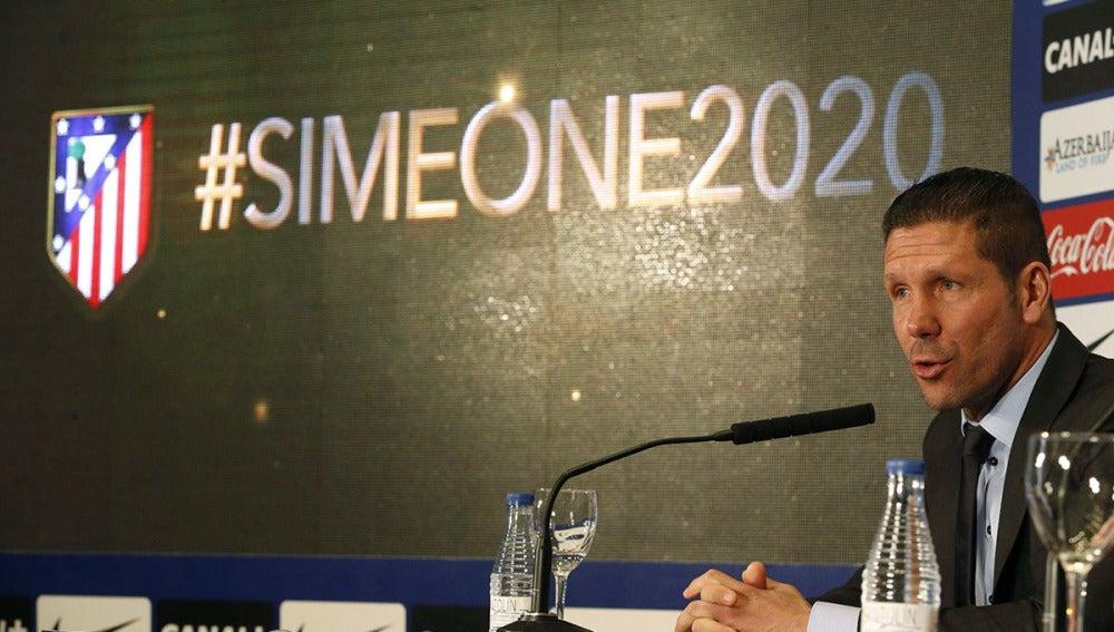 Simeone, en el acto de renovación con el Atlético