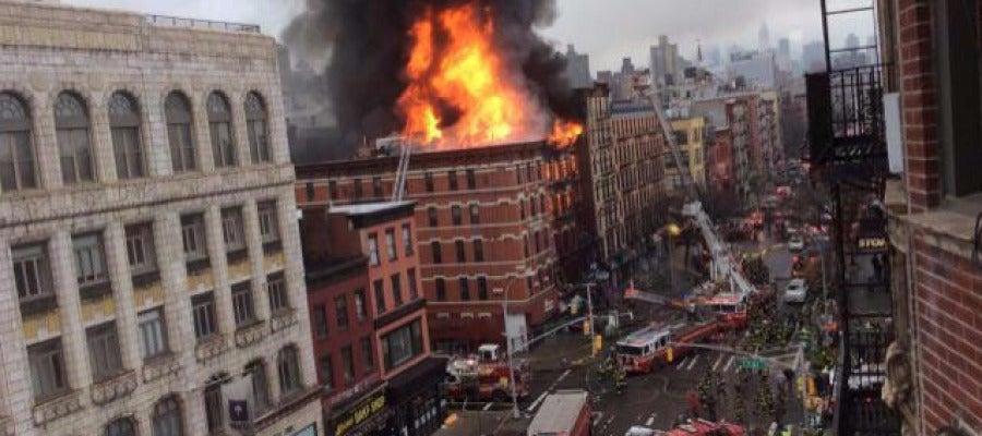 Una explosión provoca un incendio en un edificio de Manhattan