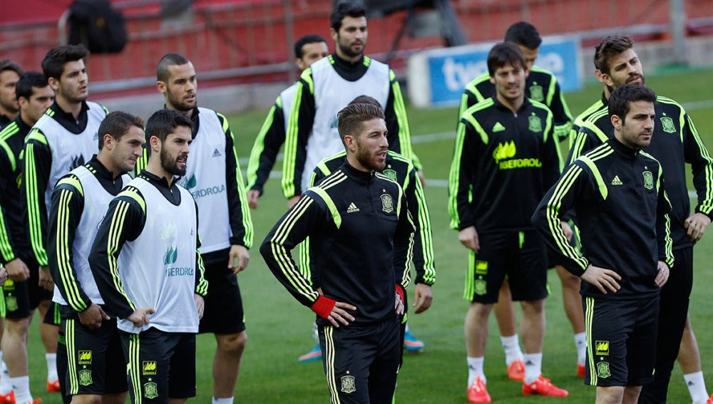 Los jugadores de la selección española sobre el césped del Pizjuán