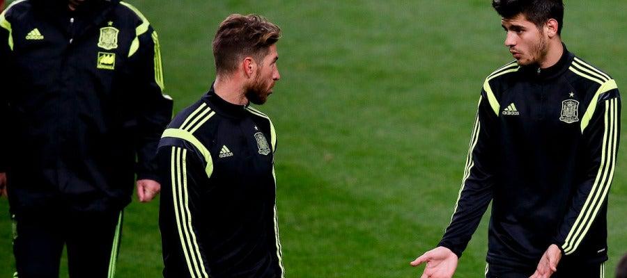 Morata y Ramos conversan en presencia de Vicente del Bosque